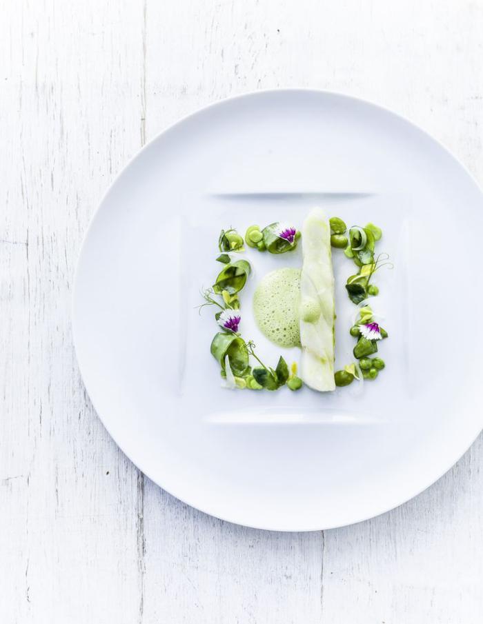 assiette-gastronomique-arrangement-sur-assiette-blanche