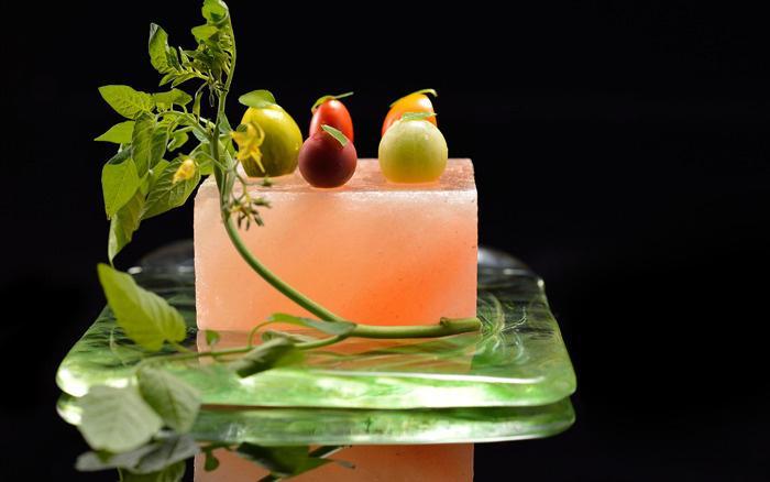 assiette-gastronomique-bel-arrangement-sur-assiette-en-verre