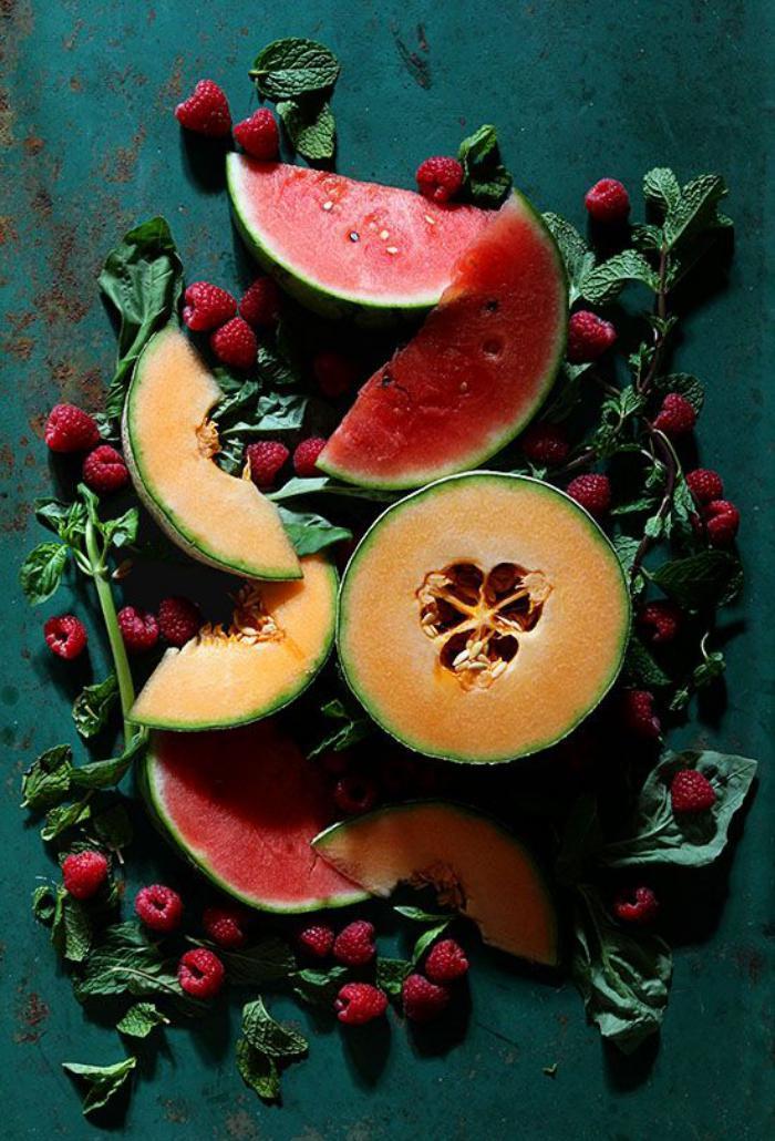 assiette-gastronomique-belle-décoration-avec-des-fruits