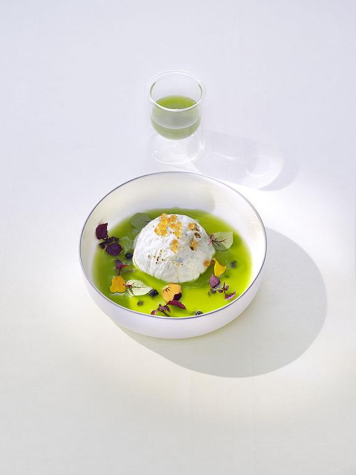 assiette-gastronomique-une-soupe-verte-présentée-de-façon-originale