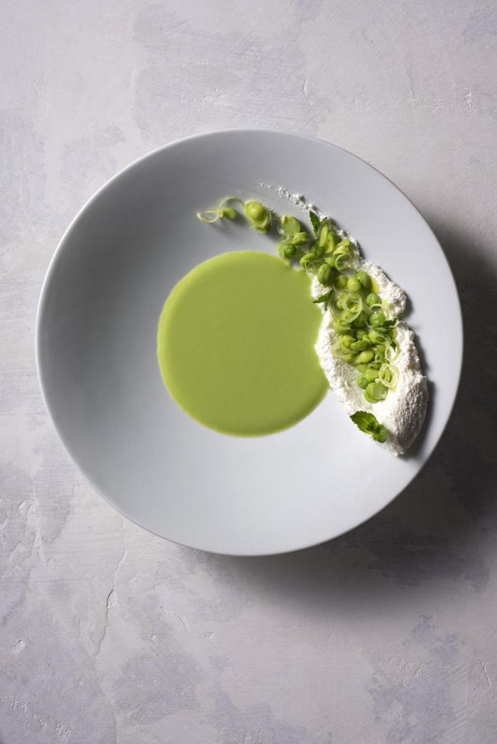 assiette-gastronomique-du-fromage-et-légumes-en-purés