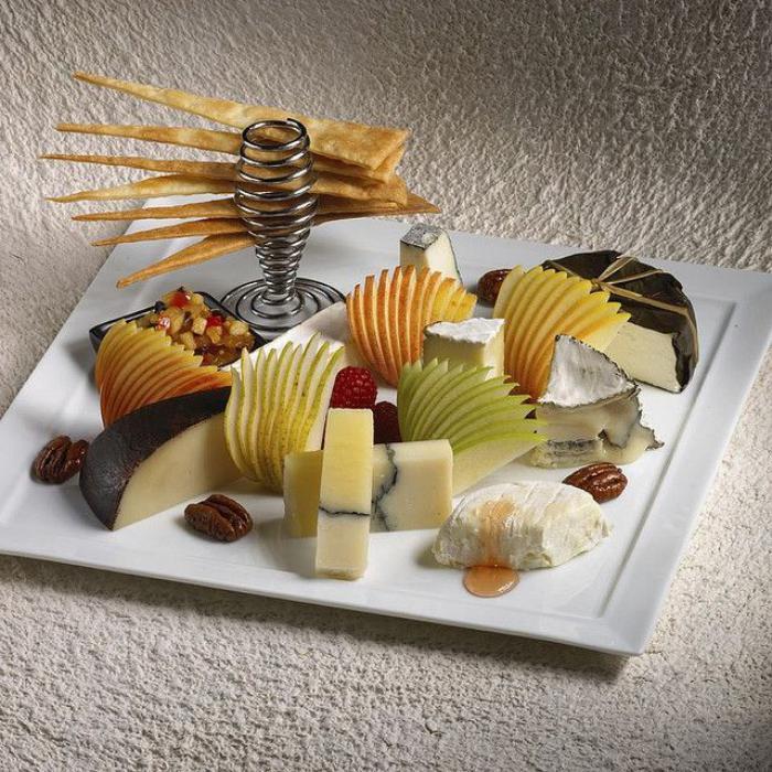 assiette-gastronomique-fruits-et-fromage-bien-dréssés