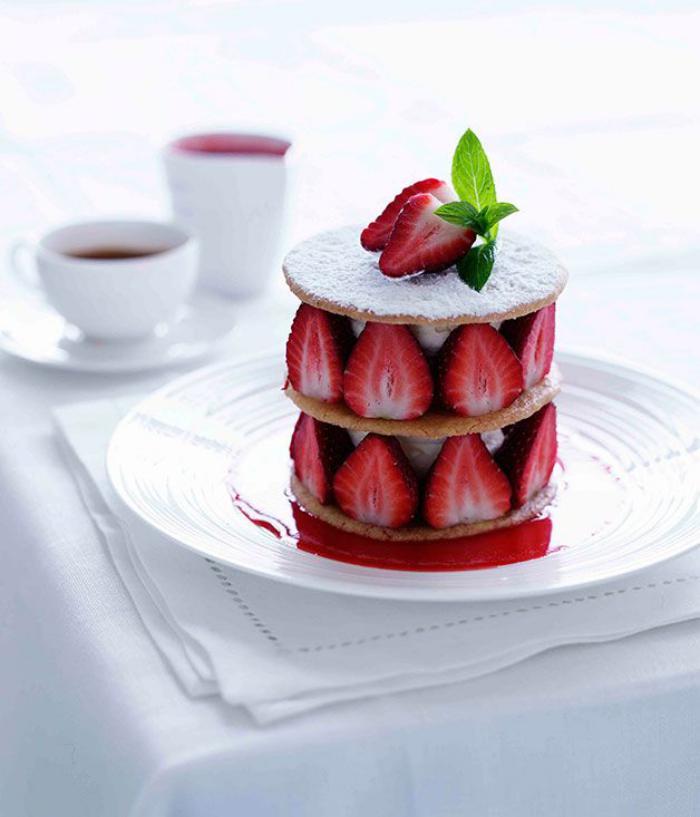 assiette-gastronomique-petite-tarte-aux-fraises-et-sucre-poudré