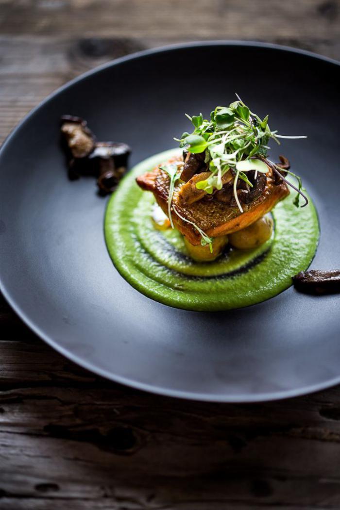 assiette-gastronomique-purée-verte-et-repas-délicieux