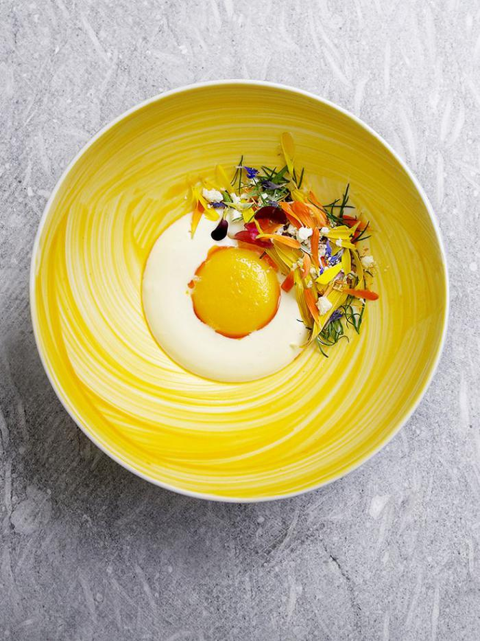 assiette-gastronomique-repas-avec-fleurs-comestibles