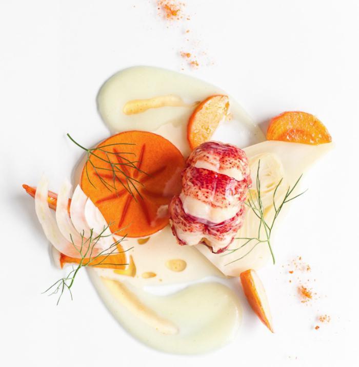 assiette-gastronomique-servir-une-crème-avec-légumes-jaunes