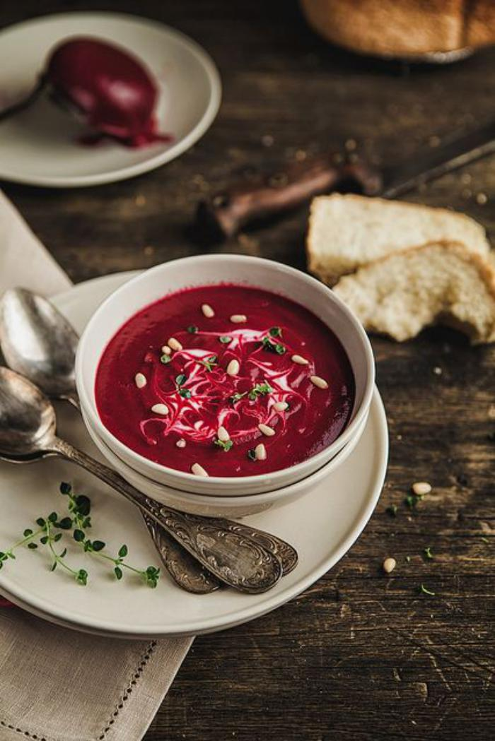 assiette-gastronomique-soupe-de-betterave-repas-rustique