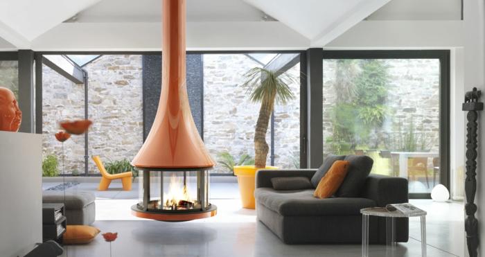 avantages-de-la-cheminée-centrale-à-foyer-fermé-orange-et-jaune