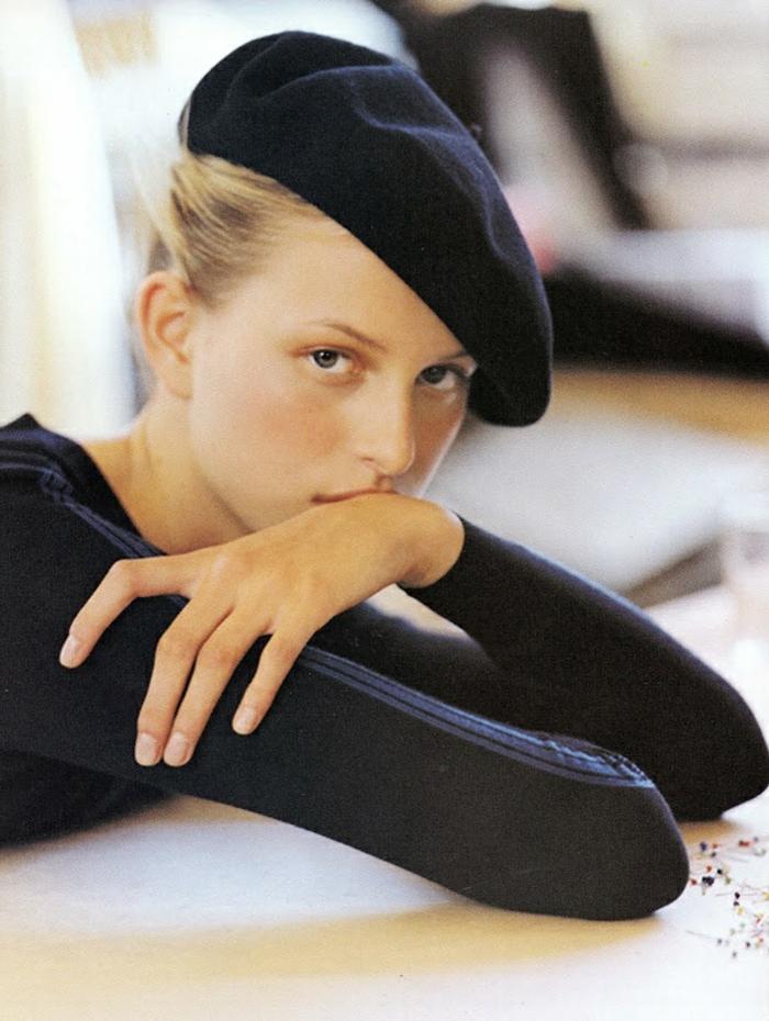 béret-casquette-noir-pour-les-filles-avec-cheveux-longs-blonds-tendance-de-la-mode-retro