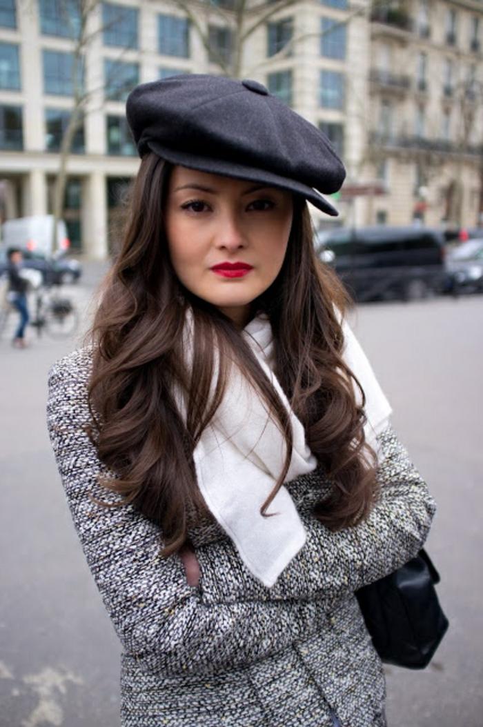 béret-casquette-noir-pour-les-filles-avec-cheveux-longs-marrons-levres-rouges