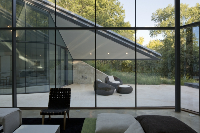 baie-vitrée-coulissante-idée-décoration-avec-grand-fenetre-maison-moderne-architecture-moderne