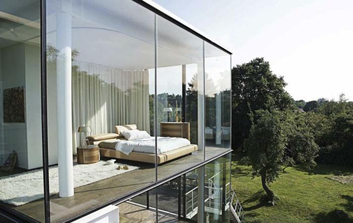 baie-vitrée-coulissante-idée-décoration-avec-grand-fenetre-vue-jolie-maison-moderne-architecture