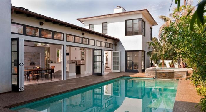 baie-vitrée-coulissante-idée-décoration-avec-grande-fenetre-maison-moderne-architecture-à-la-piscine