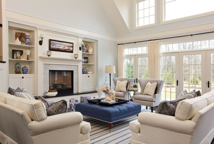 baie-vitrée-fixe-ou-porte-fenetre-maison-contemporaine-chambre-blanche-salle-se-séjour-moderne-canapé-fauteuilles