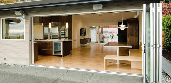 baie-vitree-coulissante-idée-entrée-empilable-en-aluminium-double-vitrage-salon-cuisine-qui-donne-directement-au-jardin