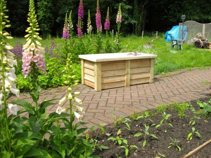 banc-coffre-bois-idées-extérieur-aménagement-jardin-fleurie