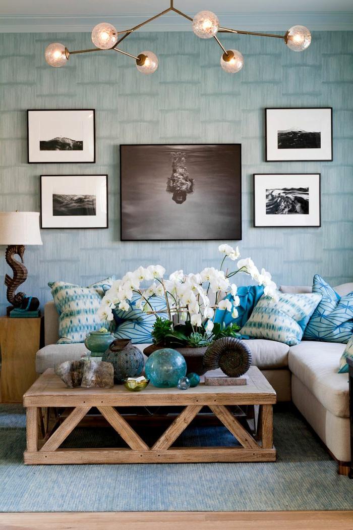 beau-salon-bien-aménagé-papier-peint-design-idées-déco-bleu-et-bois-table-basse-palettes