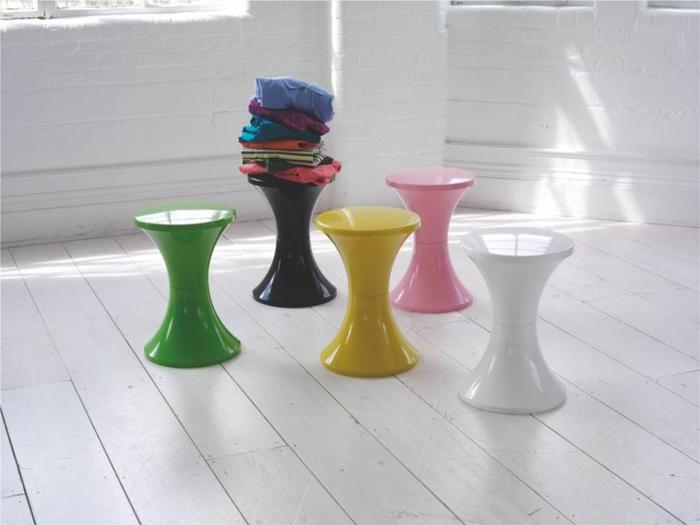 beaucoup-de-variantes-de-la-tabouret-tam-tam-pas-cher-coloréеs-en-plastique-