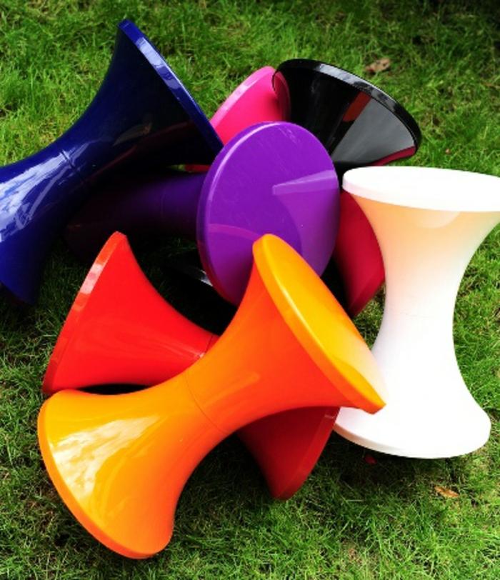 beaucoup-de-variantes-de-la-tabouret-tam-tam-pas-cher-coloréеs-en-plastique