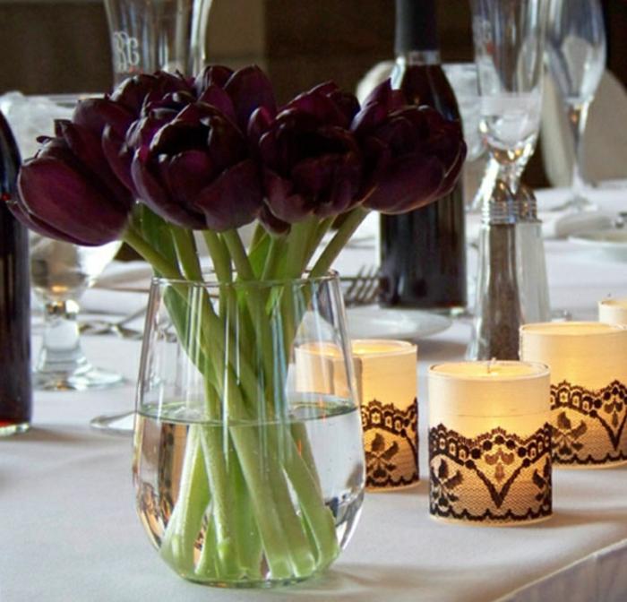 belle-nature-tulipes-noires-fantastiques-photo-tulipe-belle-vase-en-verre-sur-table-bougies