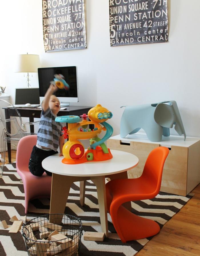 bibliothèque-enfant-coffre-en-bois-bébé-meubles-tapis-zebre