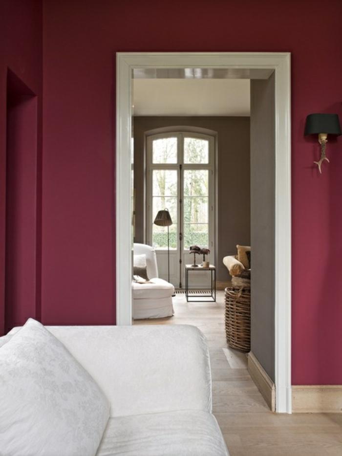 bordeau-couleur-pour-les-murs-dans-le-salon-canapé-blanc-dans-le-salon-avec-murs-colorés