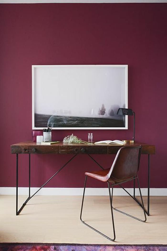 bordeua-couleur-pour-les-murs-dans-le-salon-et-une-chaise-en-fer-forgé-et-peinture-murale-bordeau