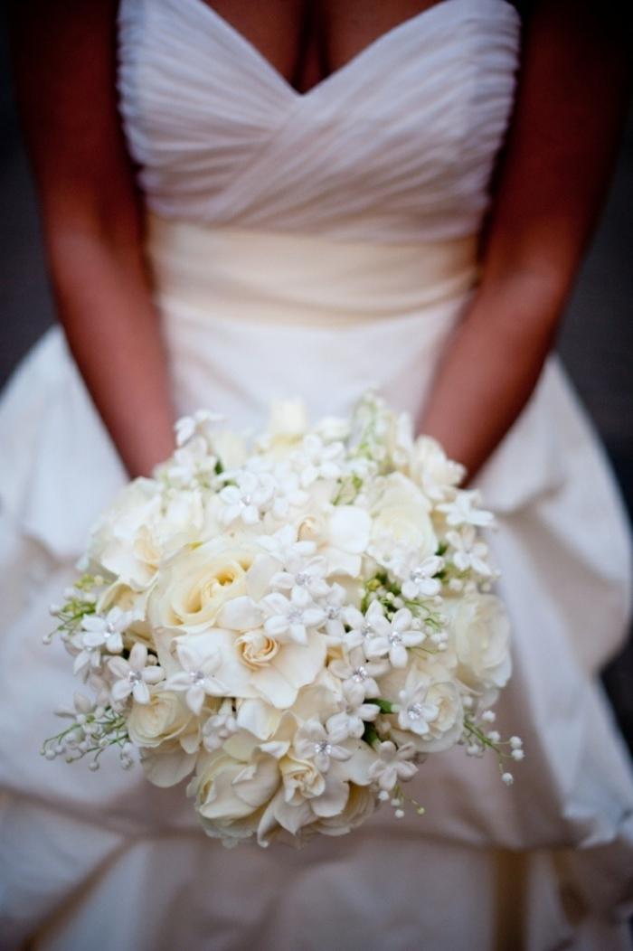 bouquet-de-mariée-rond-avec-fleurs-blancs-robe-de-mariee-blanche-bouquet-mariée-pivoine