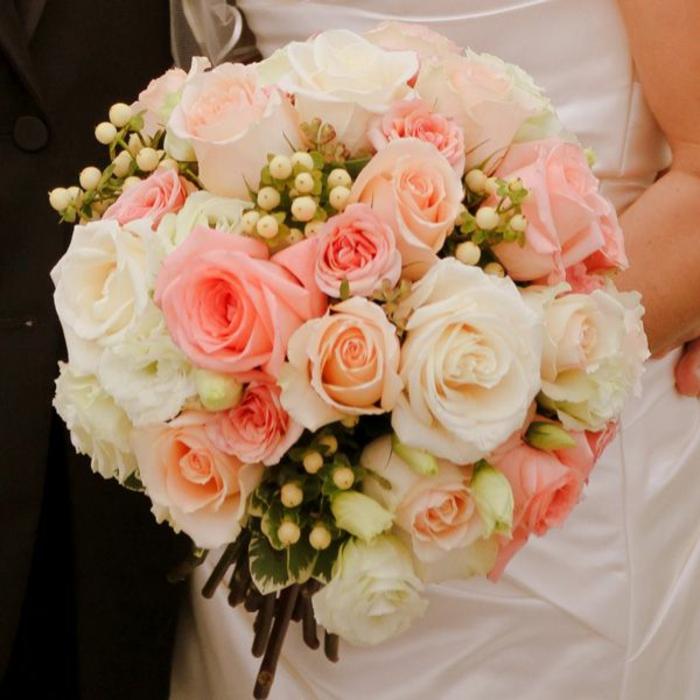 bouquet-de-mariée-rond-avec-roses-colorés-blanches-et-roses-et-fleurs-champetres