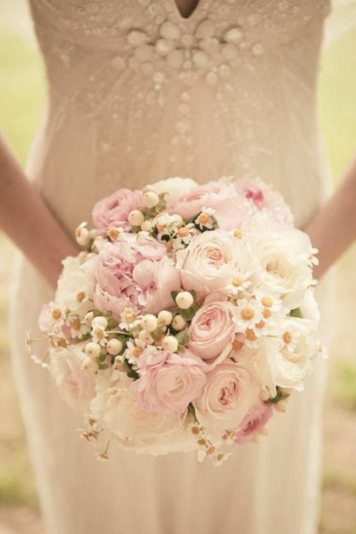 bouquet-de-mariée-rond-une-jolie-variante-avec-fleurs-blancs-et-roses-robe-de-mariage-blanche
