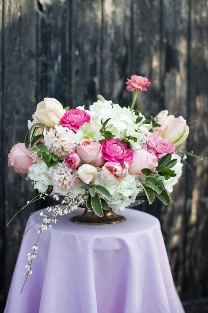 bouquet-garnis-de-roses-pour-bien-decorer-la-table-avec-un-gros-bouquet-de-fleurs