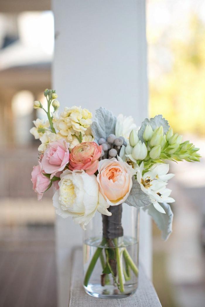 bouquet-garnis-joli-bouquet-de-fleurs-sur-la-table-fleurs-colorés-pour-la-table-comment-choisir-un-joli-bouquet-de-fleurs