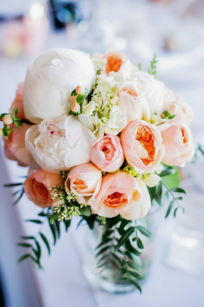 bouquet-mariée-pivoine-blanche-rose-pour-creer-un-joli-bouquet-de-mariee-colore
