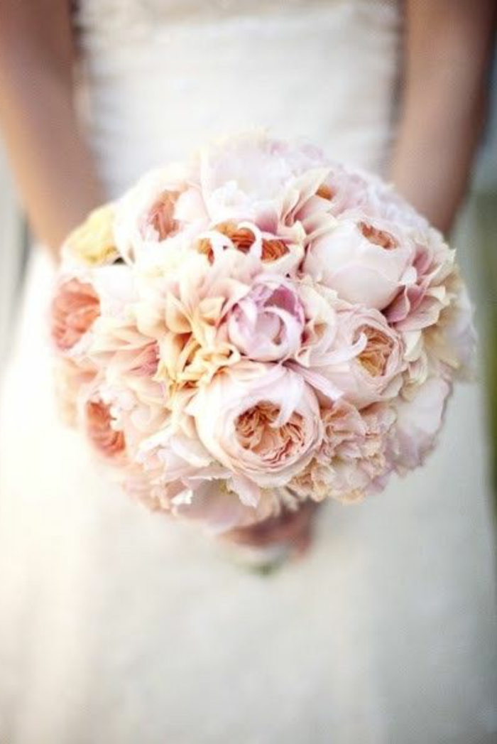 bouquet-mariée-pivoine-rose-pour-le-jour-de-mariee-robe-blanche-pour-votre-mariage-magnifique