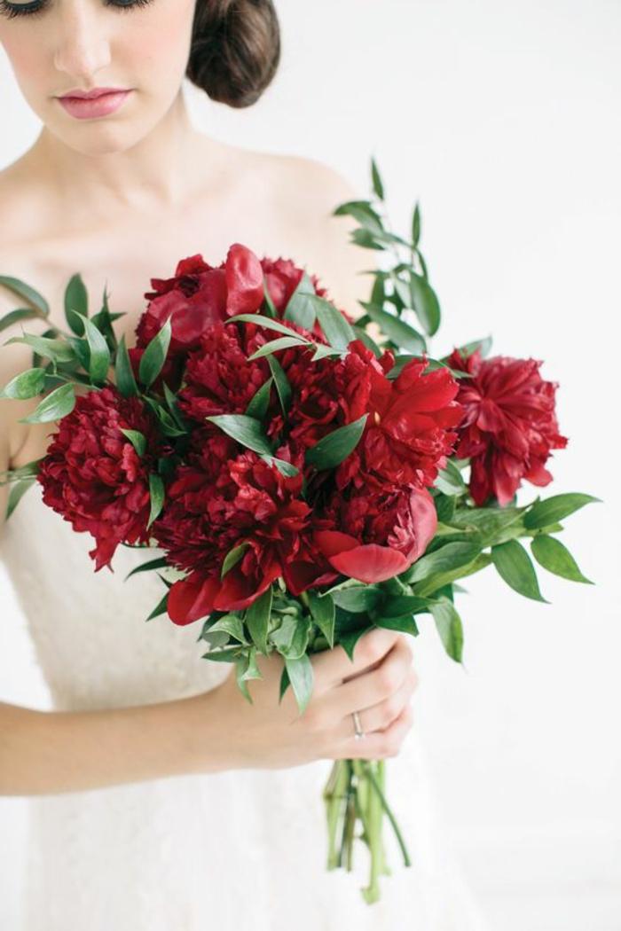 bouquet-mariée-pivoine-rouge-pour-le-jour-de-mariage-robe-de-mariee-blanche