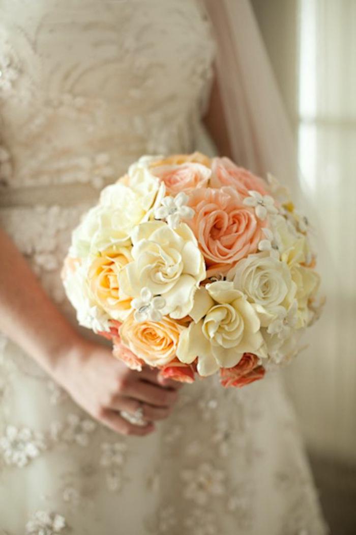 bouquet-mariée-roses-blancs-pour-les-robes-blancs-jolie-robe-de-mariee-blanche