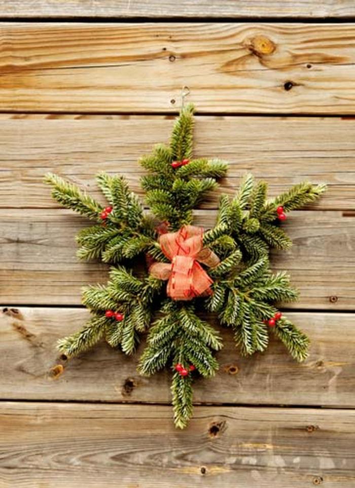 branche-de-sapin-vert-deco-sapin-pour-la-porte-d-entrée-en-bois-clair-jolie-decoration