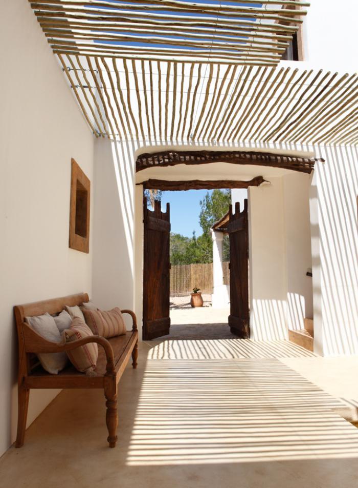 brise-soleil-authentique-couloir-extérieur-banquette-en-bois