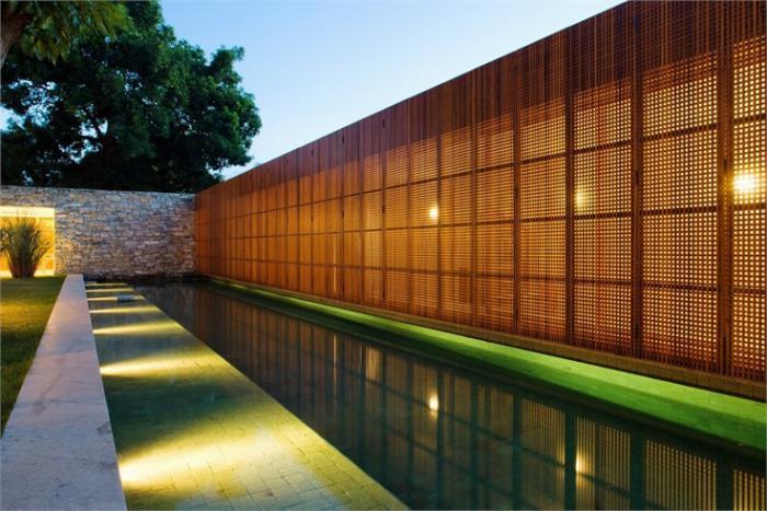 brise-soleil-brise-vue-le-long-d'une-piscine-rectangulaire