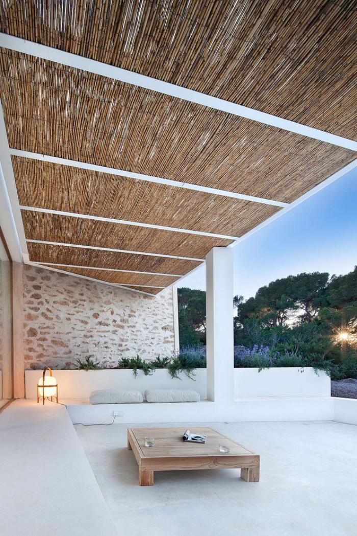brise-soleil-design-éco-rustique-terrasse-en-pierre-table-carrée-en-bois