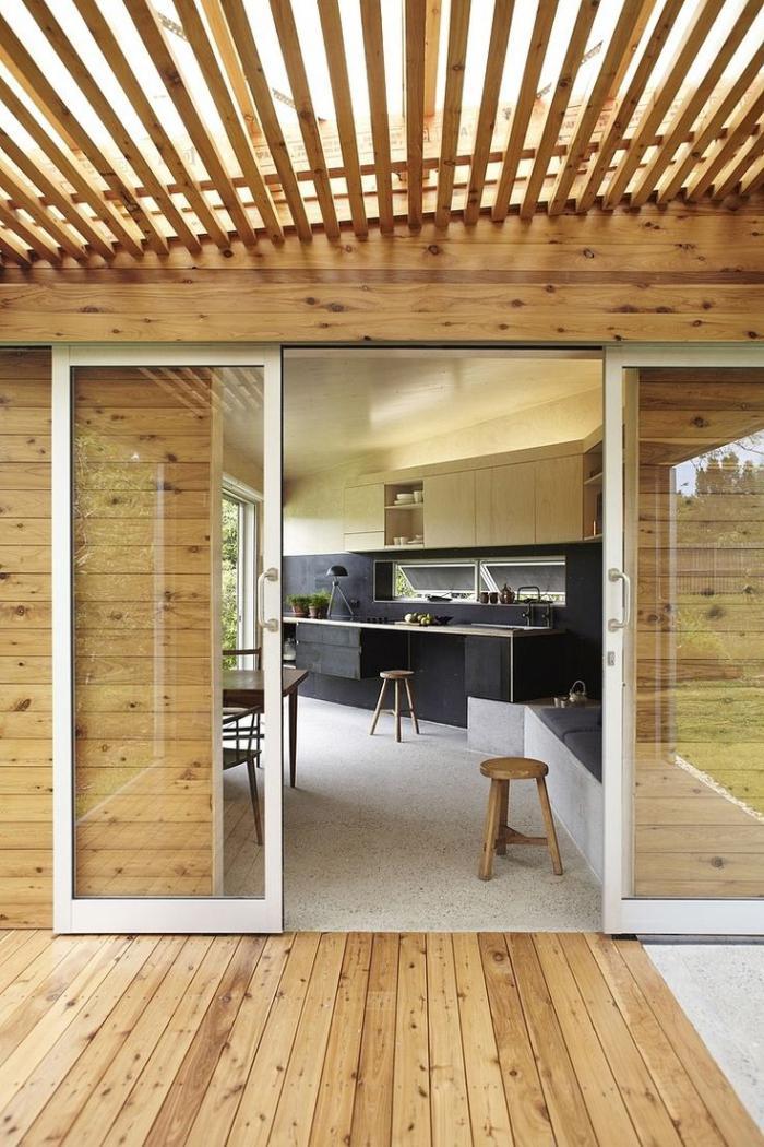 brise-soleil-en-bois-terrasse-en-bois-et-cuisine-maison-plain-pied