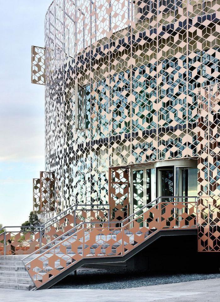 brise-soleil-en-fer-design-unique-façade-avec-système-brise-soleil