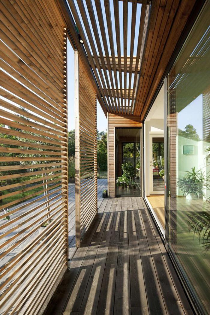 brise-soleil-esthétique-en-bois-véranda-de-maison-contemporaine