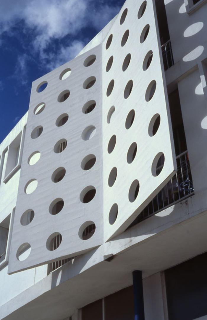 brise-soleil-façade-originale-de-bâtiment-moderne
