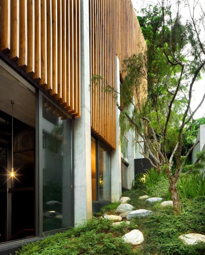 brise-soleil-lamelles-en-bois-verticales-sur-la-façade