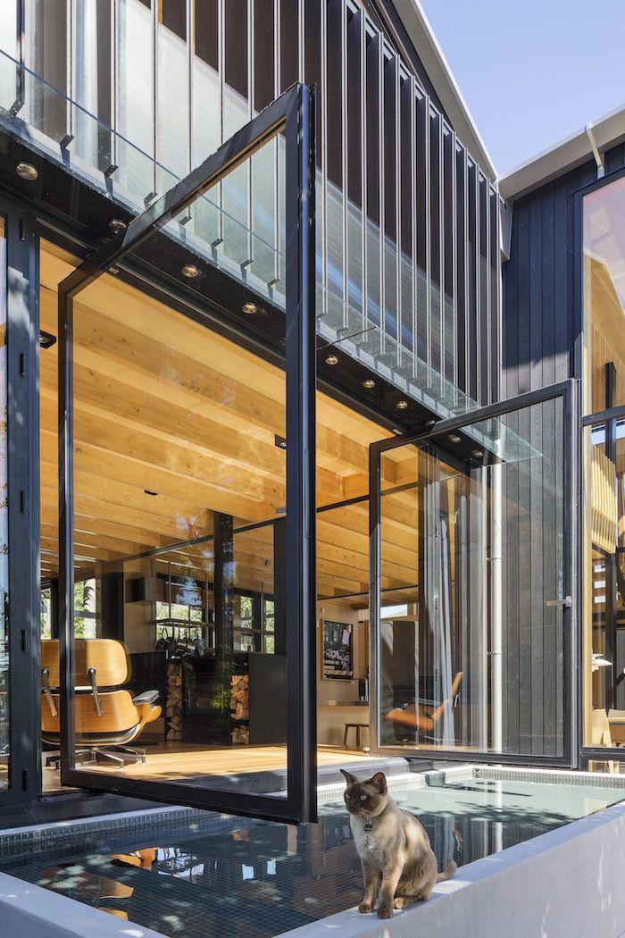 brise-soleil-lamelles-métalliques-façade-de-maison-cubique