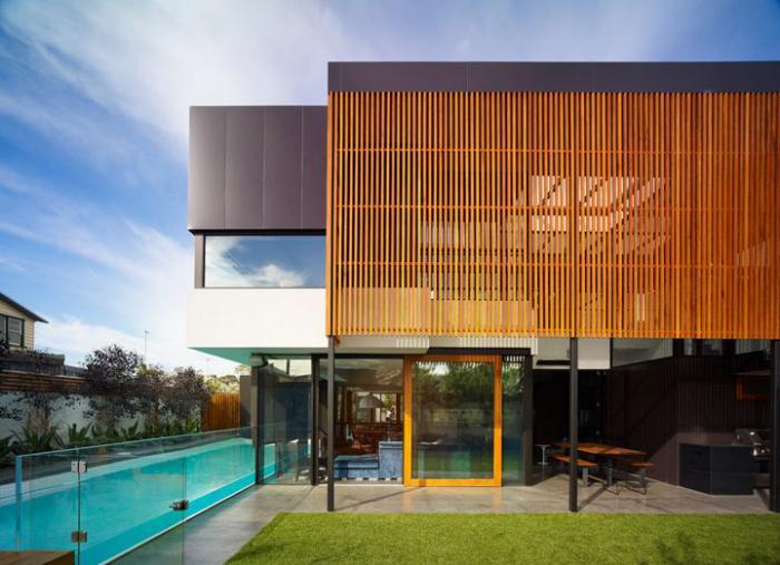 brise-soleil-lattes-de-bois-verticales-extérieur-contemporain