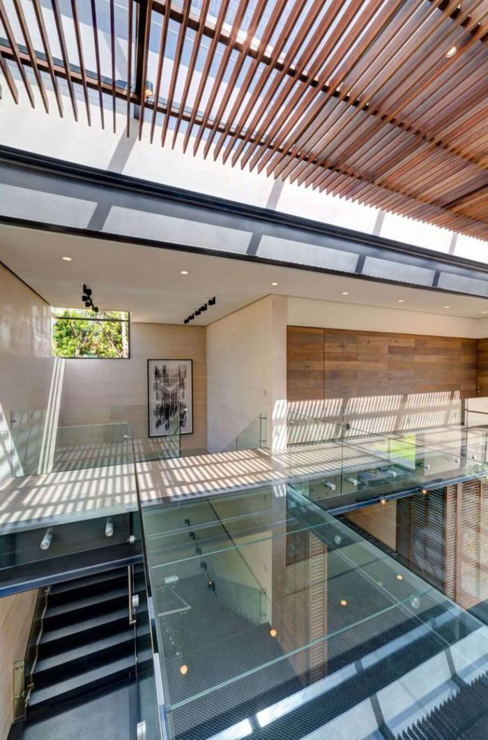 brise-soleil-toiture-en-verre-avec-protection-solaire-en-lamelles-de-bois