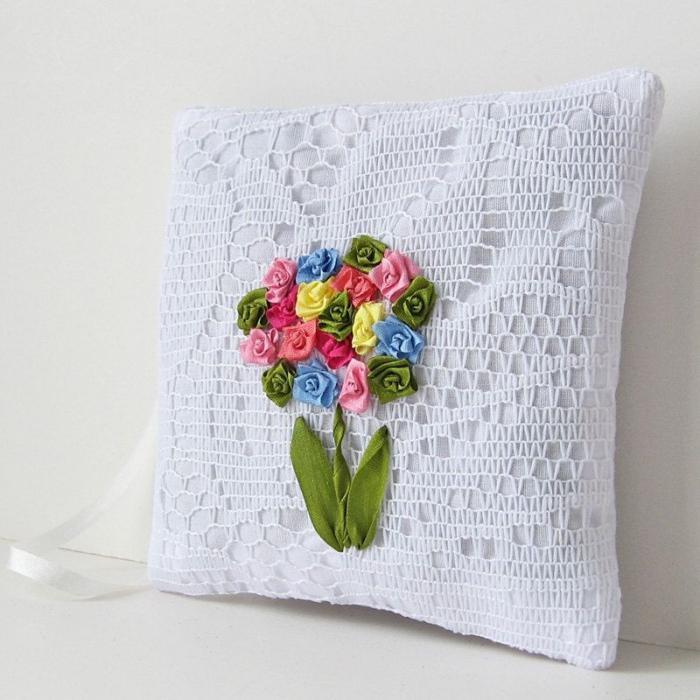 broderie-au-ruban-coussin-blanc-en-dentelle-et-fleurs-en-broderie
