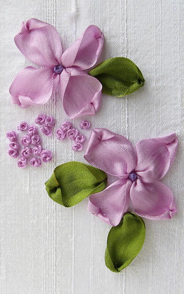 broderie-au-ruban-deux-fleurs-roses-brodées